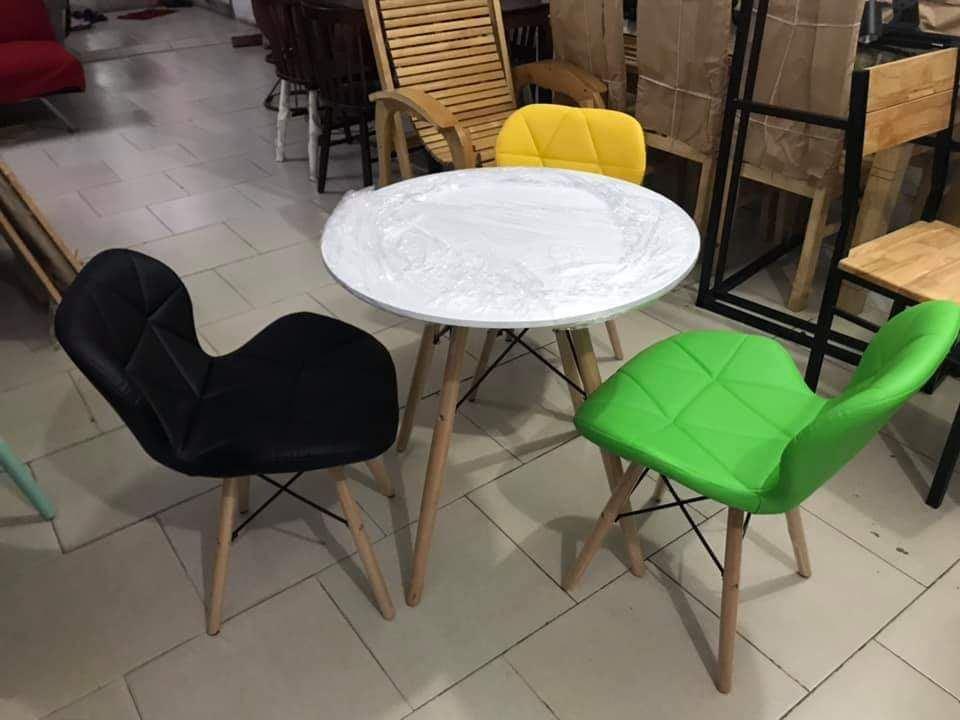 Bộ bàn tròn và 3 ghế đệm